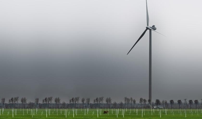 Een turbine van de nieuwe generatie. Het perspectief met het omliggende landschap geeft aan om welke kolossale afmetingen het gaat. (foto: Coen Hevelin)