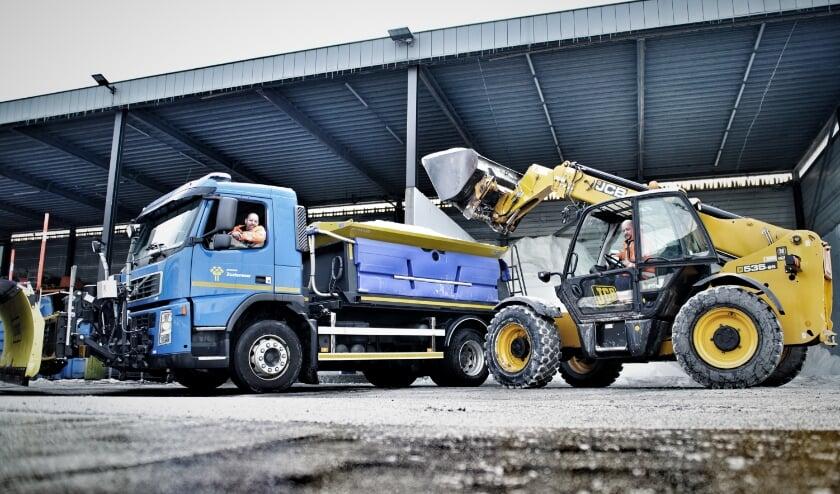 <p>Het afgelopen weekend strooiden Rick Brehm (R) en Maurice Lukassen samen met hun collega&#39;s flink wat zout op de wegen. Zo houden zij de wegen en fietspaden schoon en de stad mobiel. Foto: Robbert Roos</p>