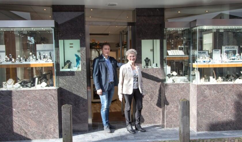<p>Rutger en Nel voor de ingang van hun juwelierszaak aan de Binnenpoort in Culemborg (foto: Arno voor de Poorte)</p>