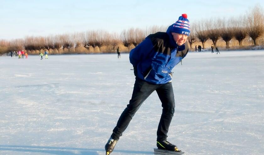 Erik Ekkel schaatst op de Oude IJssel bij Empe. Foto: Gert Perdon