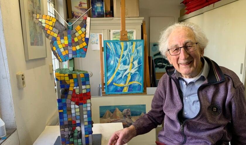 <p>De Hattemer kunstenaar Dick Baauw in zijn atelier: &quot;Momenteel werk ik aan een moza&iuml;ek. Van rups en cocon naar vlinder. Een vlinder die uit zijn biotoop komt.&quot; (foto: Willem Gunneman)</p>