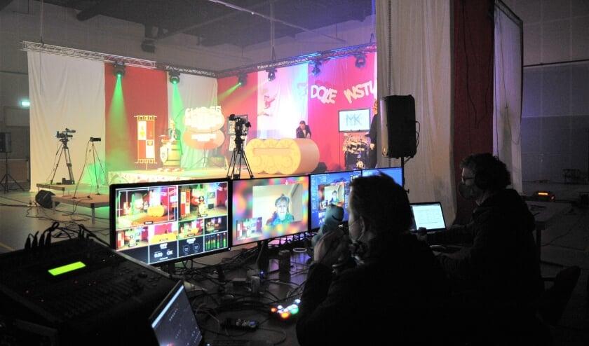 <p>Een kijkje achter de schermen bij het livestream carnavalsprogramma van De Dolle Instuivers. Foto: gertbudding.nl&nbsp;</p>