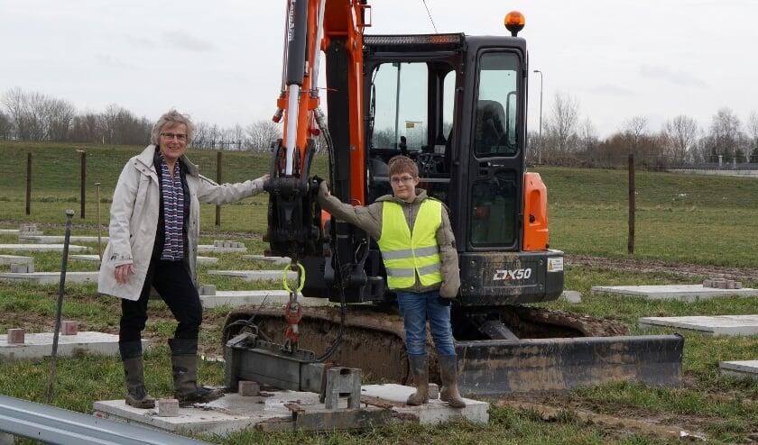 <p>&nbsp;Leidy van der Aalst, voorzitter van Energiecoöperatie WPN, geeft samen met kleinzoon Lucas het officiële startsein voor de bouw van Zonnepark de Grift.&nbsp;</p>