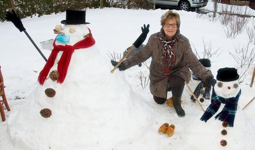 <p>Gerrie Nikkels bij de sneeuwpoppen in Dijkerhoek. (Foto: Gert Perdon)</p>