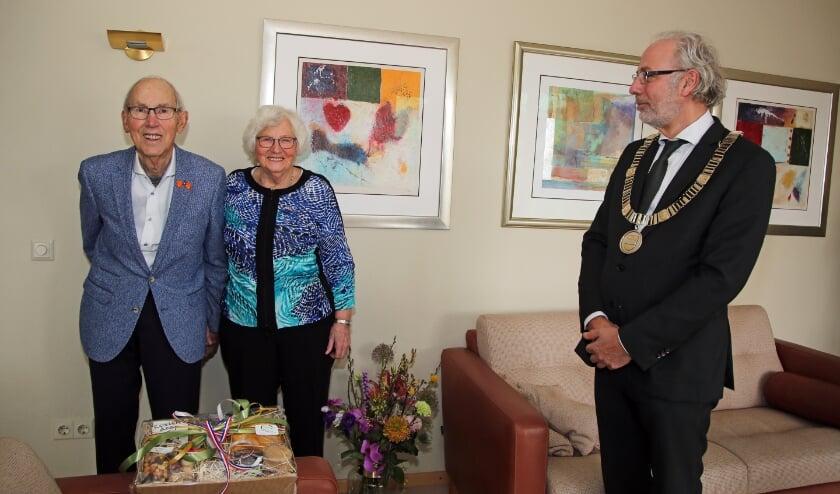<p>Burgemeester op bezoek bij 60-jarig bruidspaar Berghoef-Bakker.</p>