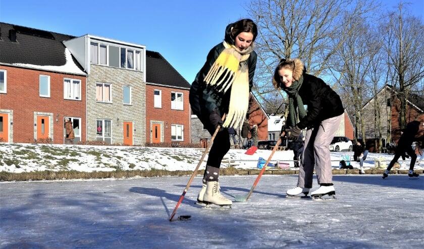 <p>Eva en Kirsten besloten een potje ijshockey te spelen op de vijver bij de Castor.</p>