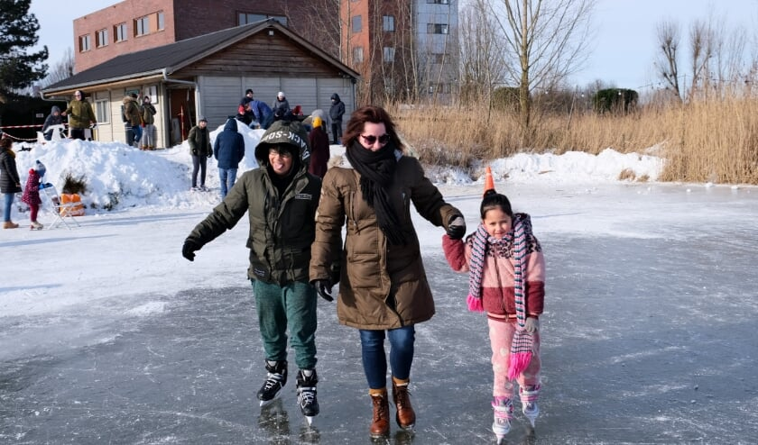 <p>Voorzichtig aan de hand van mama bij IJsclub De Pinguin in Tiel, overal waar bevroren water was werd afgelopen weekend geschaatst, zelfs op de Tielse stadsgracht! Helaas was het maandag weer voorbij.&nbsp;</p>
