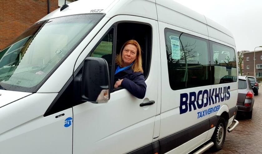 <p>Marita van Rheden, vol trots achter het stuur van &#39;haar&#39; grote rolstoelbus. &#39;Dit is het mooiste beroep ter wereld.&#39; (Foto: Linda Meijer)</p>