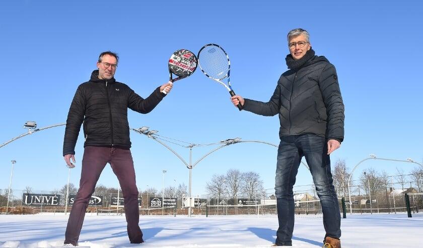 Links padelspeler Jos Benraad en rechts bestuurslid/bouwcoördinator Peter Pruijn. (foto: Roel Kleinpenning)