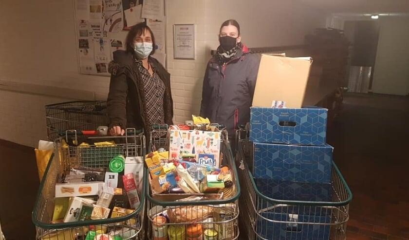 Daniëlle (rechts) en haar moeder bij het overhandigen van ingezamelde boodschappen voor de Voedselbank. Er is een mooie samenwerking ontstaan.