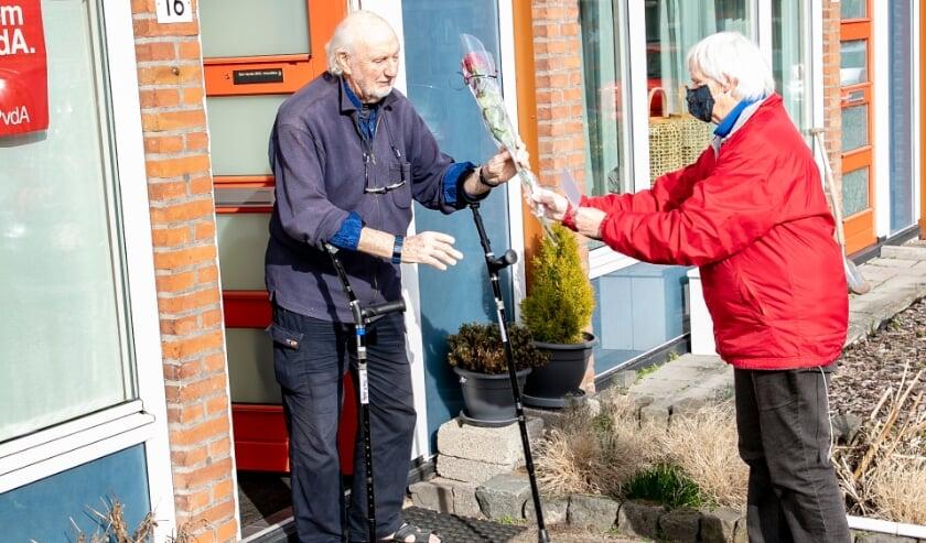 <p>Hanneke Jurriens (voorzitter PvdA Hattem) overhandigt roos aan Ben Harsta.</p>