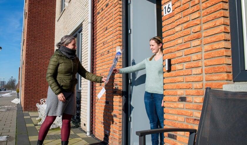 Marinka Koornneef bezorgt een roos in Rijswijk Buiten