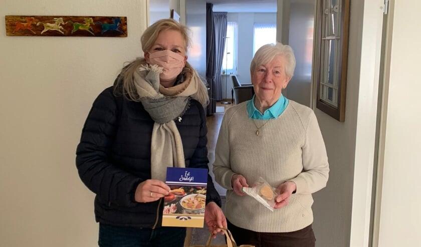 <p>Rotary-voorzitter Jacqueline Willemsen levert het snertpakket af bij mevrouw Worm in Duiven.</p>