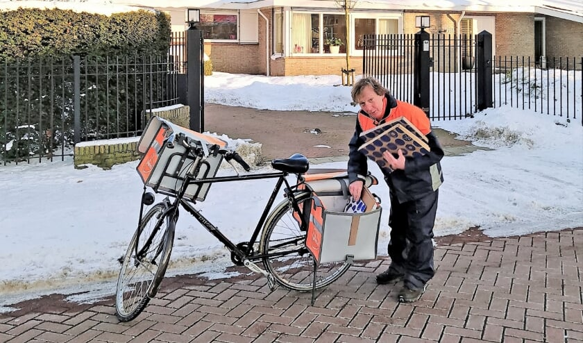 <p>Weerbikkel Carl van Boven vindt het net iets te koud om in korte broek de post te bezorgen. Hier is hij gespot aan de Tinneweide. (Foto: Anne Slok)</p>