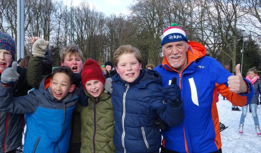 <p>Albert van Brakel als vrijwilliger op de Oosterbeekse ijsbaan. Dat zit er, na zijn ongelukkige val, even niet meer in.</p>