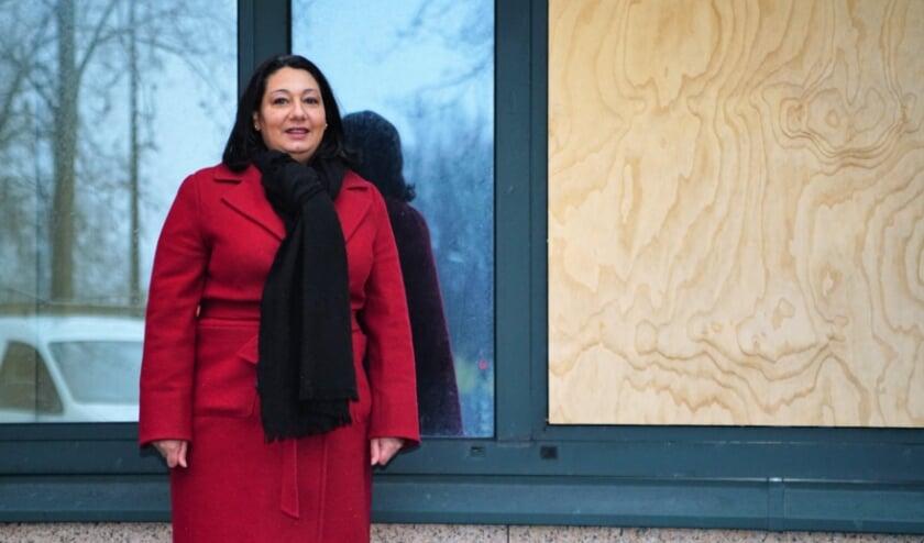 <p>Wethouder Johanna Besteman (CDA) op de locatie aan de Burgemeester Eisenlaan waar in de toekomst ook nieuwe woningen zullen komen.&nbsp;</p>