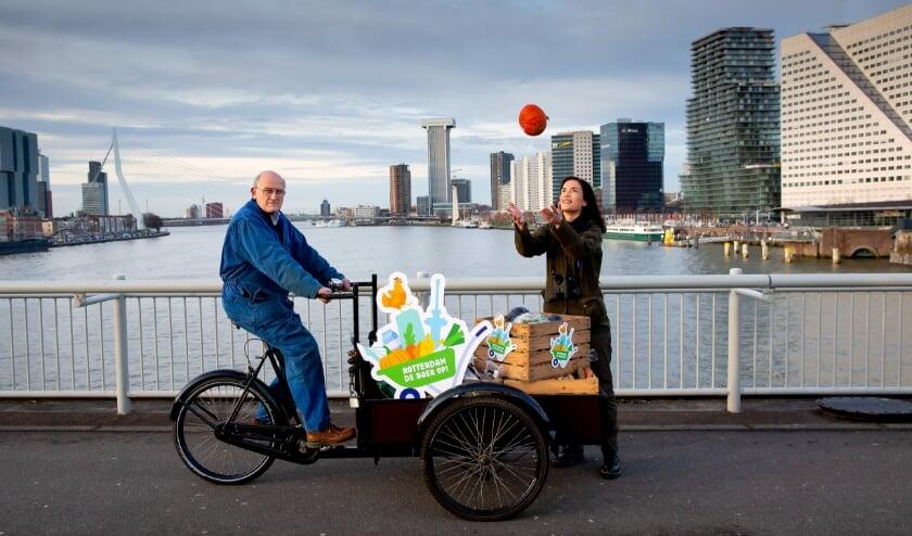<p>Melkveehouder Arie van den Berg uit Midden-Delfland en boswachter Natascha Hokke van Natuurmonumenten brengen duurzaam en regionaal geproduceerd voedsel naar de stad als startschot van Rotterdam de boer op! </p>