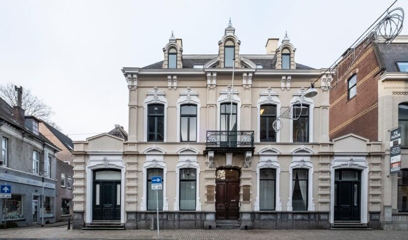 <p>De voorzijde van het pand met in het midden de monumentale ingangspartij, links de ingang van de bank en rechts de dienstingang van het woonhuis. Meer informatie staat op www.heemkundekringtilburg.nl.</p>