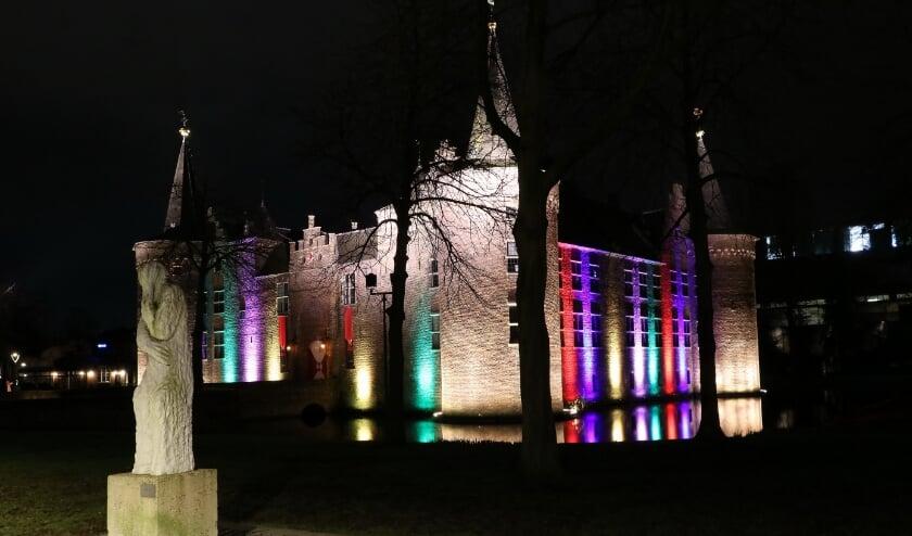 <p>Het kasteel van Helmond staat &#39;s avonds in de kleuren van de Keiebijters, net als hotel West-Ende.&nbsp;</p>