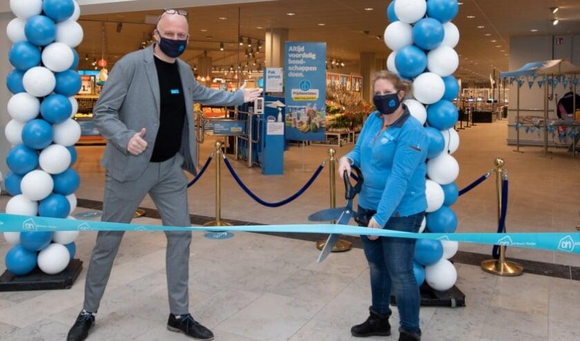 <p>Supermarktmanager René van Beek en een medewerker openen de vernieuwde AH XL Dukenburg.</p>