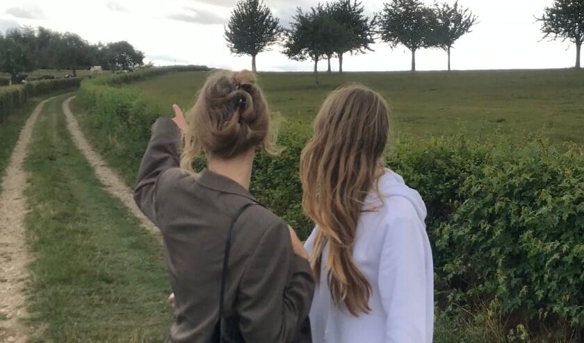 <p>Suzanne (rechts) met haar zus op vakantie in Limburg, in betere tijden.&nbsp;</p>