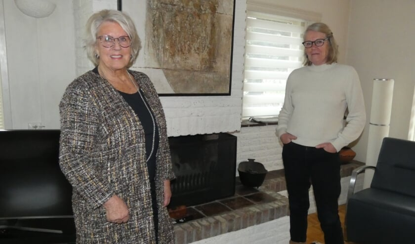 <p>Rina van Kilsdonk, bestuurslid cultuur en Nel Barnier, bestuurslid PR van de teken- en schildersvereniging De Toets.&nbsp;</p>