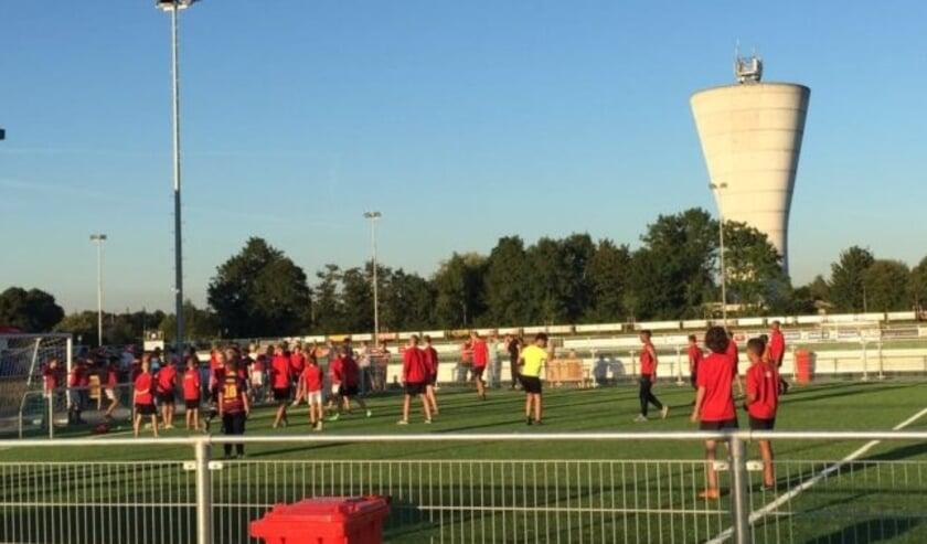 <p>Ondanks de huidige coronaperiode wordt op het sportpark van Nivo Sparta stevig aangepakt.</p>