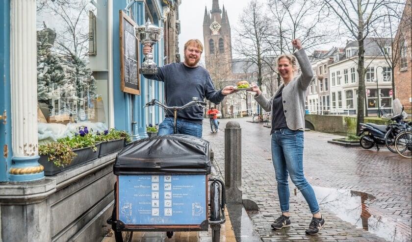 Petra Gerritsma en Roland Dijkman van het Stads-koffiehuys met het 'broodje bikkel' Foto: Fred Leeflang