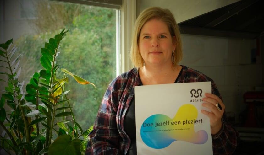 <p>&#39;Doe je zelf een plezier&#39; is de titel van het vrijwilligersboek, niet voor niets zo gekozen. Op de foto: Brenda van Moza&iuml;ek</p>