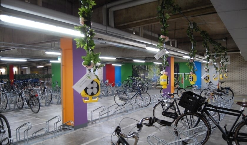 <p>De fietsenstalling is van alle gemakken voorzien.</p>