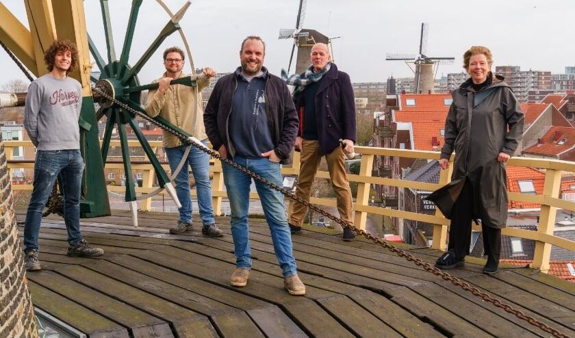 <p>Op de balie van molen De Vrijheid: vlnr Sam van Voorthuizen, Theo de Rooij, Domien Akkermans, Hugo Boogaard, gedeputeerde Willy de Zoete. (Foto: Remco Zwinkels)</p>