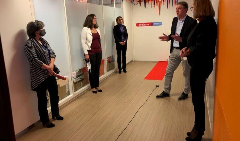 <p>Jan Willem Meijer (De Hoogstraat) en Vivian Broex en Marja de Graaf (ZorgSpectrum) en medewerkers openen de afdeling. Overige medewerkers volgen de opening online. Eigen foto</p>