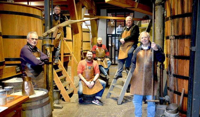 <p>De stokers van het Jenevermuseum presenteren op de Stokersproeverij hun Stokerstrots 2020. (Foto: Priv&eacute;)</p>