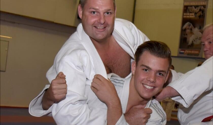<p>Allard Schulenklopper in actie met zijn zoon en jiu jitsu talent Max. Foto: Marianka Peters</p>