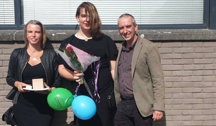 <p>Mirjam, Aria en Daan Kint in juli 2020 na de diploma-uitreiking van Aria, toen zij slaagde voor het gymnasium.</p>