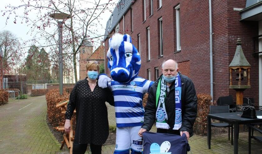 <p>Co&ouml;rdinerend verpleegkundige Sandra, samen met mascotte Guus en de verraste Theo Vergeer.</p>