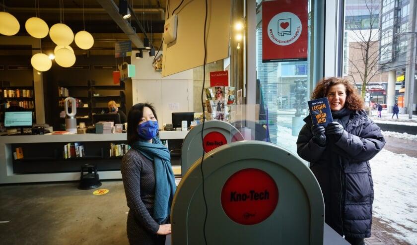 <p>Minister Ingrid van Engelshoven haalt bij boekhandel van Stockum aan het Spui haar bestelde boek op. (Foto Martijn Beekman)</p>