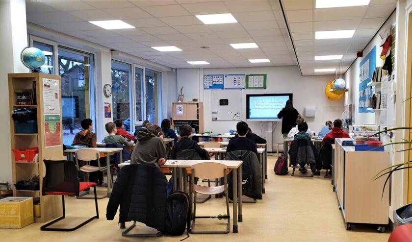 Leerlingen van groep 7 en 8 krijgen les in een van de nieuwe lokalen.
