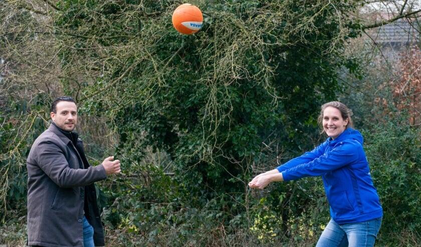 <p>Jongerenwerker Shèdy Abourayan en JOGG-regisseur Larisa Brinkhoff spelen elkaar letterlijk de bal toe. Door deze coronacrisis zijn de twee collega's (allebei in dienst van Koppel-Swoe) nog bewuster bezig om kinderen te vermaken. Foto: Dennis Dekker</p>