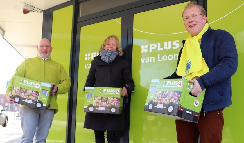 <p>Van links naar rechts: Christ van Loon (eigenaar PLUS Van Loon), Hannie van Baren (SUN Lekstroom) en Edwin van Straten (president Lions Nieuwegein). Foto: Raymond de Jong</p>
