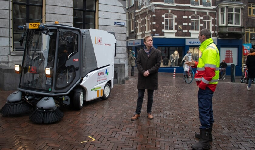 <p>&quot;Geweldig, dat we nu voor de dagelijkse reiniging van de binnenstad, waaronder voor de unieke werven, een schone, groene en duurzame techniek kunnen inzetten&quot;, &nbsp;zegt de wethouder. Foto: Iris Wijngaarde</p>