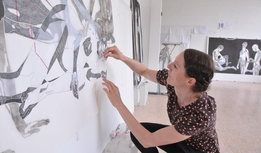 <p>Sarah van der Pols aan het werk in haar atelier. (Foto: Gabri&euml;lle Kok)</p>