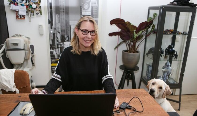 """<p>Martine Reesink en haar hulphond Lewis. Over haar nominatie voor de BID Positivity Award: """"Als er iemand is met allerlei beperkingen die toch positief blijft, dan ben ik het wel.""""</p>"""