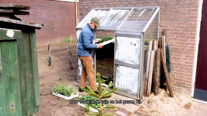 <p>Vrijwilliger Ton aan het werk in de tuin van het Nederlands Tegelmuseum.</p>