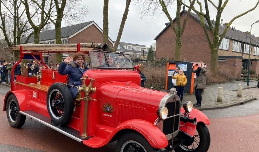 <p>Juf Ria werd door een antieke brandweerauto opgehaald, waarna zij op school buiten werd opgewacht door alle kinderen. &nbsp;</p>