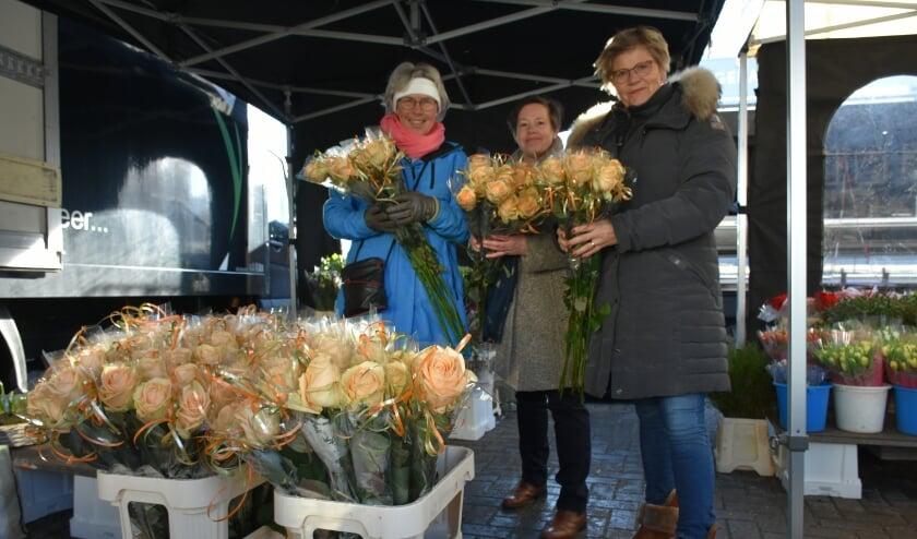 <p>Met de rozen naar de mensen die de activiteiten van de Maretak bezoeken.&nbsp;</p>