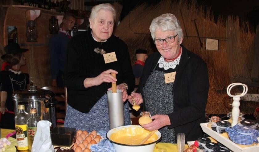 <p>Eip van Loo en Jannie van de Streek (rechts) maken advocaat geheel naar oma's recept.</p>
