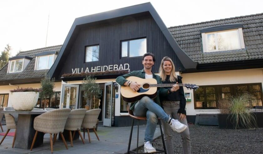<p>Een positieve noot in deze coronacrisis. Bjarne Pechler en zijn vrouw Rosemarijn van Conferentiehotel Villa Heidebad namen het letterlijk. Vorige week lanceerden ze een filmpje dat viral ging. Foto: Dennis Dekker</p>