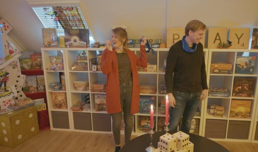 Elisa en Peter op hun spellenzolder.