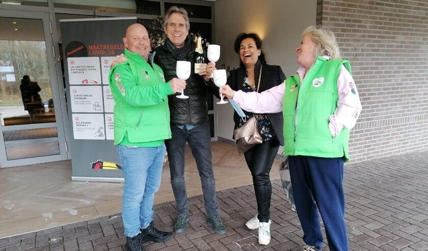 <p>Onderweg beleven Peter en Marichelle (in het groen) een hoop. &quot;We hebben al zoveel meegemaakt en zoveel mensen leren kennen. Nu willen we blijven lopen tot het caf&eacute; weer open kan.&quot;&nbsp;</p>